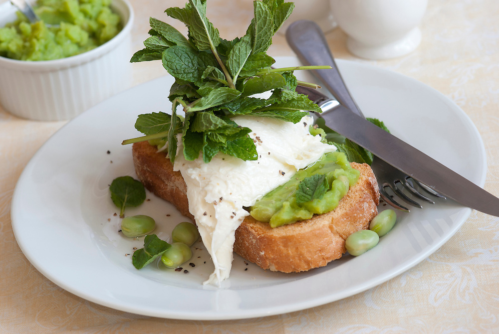 Toast with mozzarella, mushy peas and broad beans