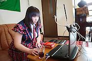 MUKBANG - JAPAN<br /> VJ Miko sänder live när hon äter framför sin dator. Fenomenet kallas 'mukbang' och det ökar i populäritet i Japan och Korea. Vj Mikos specialite är att äta snabbt. Hon äter till exempel extremt starka snabbnudlar på en minut eller stora mängder minikorvar.