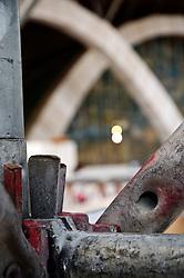 """È stata inaugurata il 1° luglio 2004, la nuova Chiesa di San Pio da Pietrelcina progettata dall'architetto Renzo Piano. Esattamente 45 anni prima, nel 1959,  veniva inaugurata la chiesa """"grande"""" di Santa Maria delle Grazie. .Sorta a fianco del santuario e convento in cui visse il frate, ha la forma di una conchiglia e la sua pianta ricorda quella della spriale archimedea. Enormi archi parto dal perimetro esterno e terminano nel fulcro della """"conchiglia"""" dove è posto l'altare. Possenti staffe d'acciaio, ancorate agli archi, sorreggono la volta che ricoperta di rame preossidato espone alla vista un intenso un colore verde-rame.   .Con i suoi 6000 mq, è la seconda chiesa più grande in Italia per dimensioni, dopo il Duomo di Milano. Può ospitare oltre 7000 persone e per la sua realizzazione sono state impiegati 30.000 metri cubi di calcestruzzo, 1.320 blocchi in pietra di Apricena, 70.000 metri cubi di scavo in roccia, 60.000 chili di acciaio, 500 mq di vetro, 19.500 mq di rame preossidato. Ogni anno è meta di oltre sei milioni di pellegrini..Nella foto scorcio della facciata vista attaverso un'impalcatura posta sul piazzale utilizzata in occasione dei grandi eventi."""