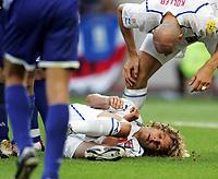 Fotball, 1. juli 2004, Tsjekkia - Hellas, EM semifinale, Euro 2004, Tschechiens Pavel Nedved hat sich verletzt neben ihm Jan Koller