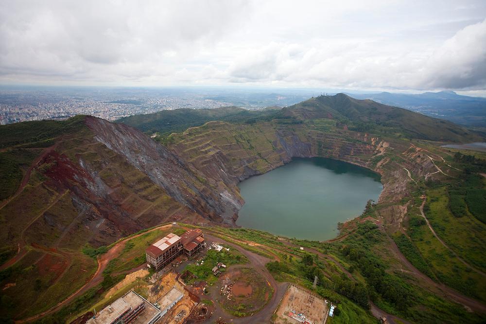 Belo Horizonte_MG, Brasil...Buraco deixado na Serra do Curral em Belo Horizonte, Minas Gerais. ..Mining hole in the Serra do Corral in Belo Horizonte, Minas Gerais...Foto: LEO DRUMOND / NITRO