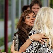 NLD/Bilthoven/20120618 - Uitvaart Will Hoebee, Patty Brard begroet Marga Scheide