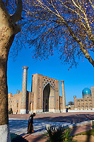 Ouzbékistan, Samarcande, classé Patrimoine Mondial de l'UNESCO, place du Reghistan, Medersa Uleug Bek et Tilla Kari // Uzbekistan, Samarkand, Unesco World Heritage, the Reghistan, Ulug Bek and Tilla Kari Madrasah