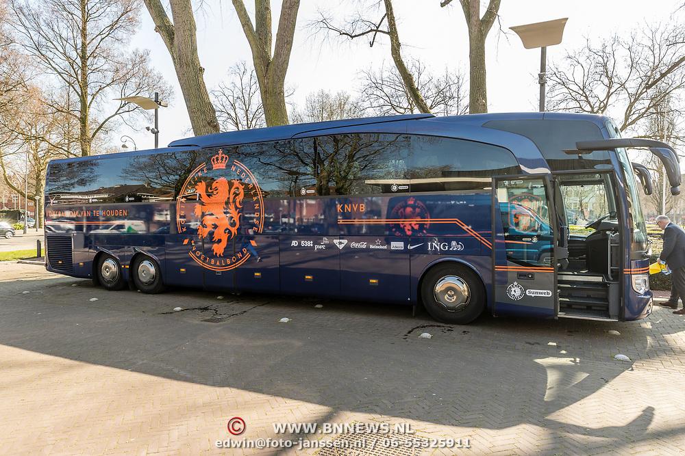 NLD/Amsterdam/201070327 - Spelersbus van de KNVB