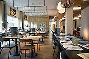 Nederland, Arnhem, 28-5-2014 Het gebouw De Rozet in het centrum van de stad heeft de prijs van de BNA gewonnen. Verschillende culturele en educatieve instellingen zijn hierin gevestigd zoals de Openbare Bibliotheek, Kunstbedrijf Arnhem, de Volksuniversiteit en To Art Kunstuitleen. Ontwerp van Neutelings Riedijk Architecten. In het interieur veel vitrines, en lichtbakken die de identiteit en geschiedenis van de stad laten zien. In de bibliotheek is een glijbaan. Het hoteca gedeelte, bar, restaurant, cafeFoto: Flip Franssen/Hollandse Hoogte