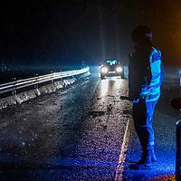 Farsund  20161226.<br /> Ekstremværet Urd er underveis. Et grantre stoppet nesten opp trafikken mellom Farsund og Lyngdal på riksvei 43 etter at det blåste over veien. Politiet dirigerer trafikken mens veien ryddes.<br /> Foto: Tor Erik Schrøder / NTB scanpix