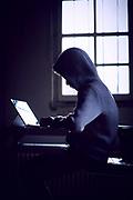 Computer hacker met hoodie achter zijn computer | Computer hacker with hoodie behind his computer