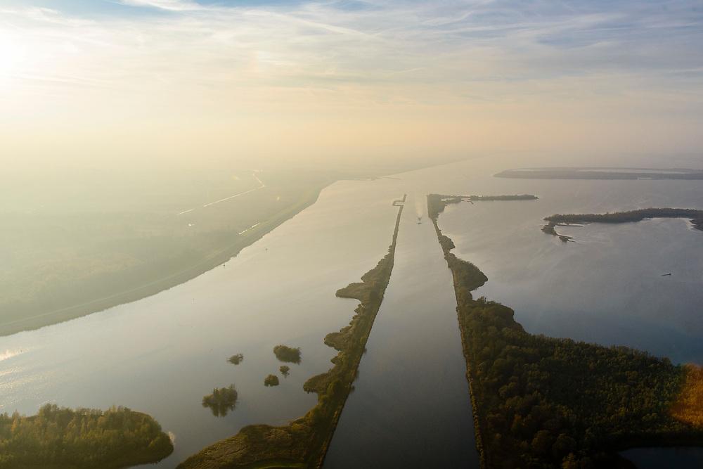 Nederland, Flevoland, Overijssel, Noordoostpolder, 04-11-2018. Ketelmeer met vaargeul Keteldiep, bij zonsondergang en met tegenlicht.<br /> Ketel lake in backlight at sunset.<br /> luchtfoto (toeslag op standaard tarieven);<br /> aerial photo (additional fee required);<br /> copyright© foto/photo Siebe Swart
