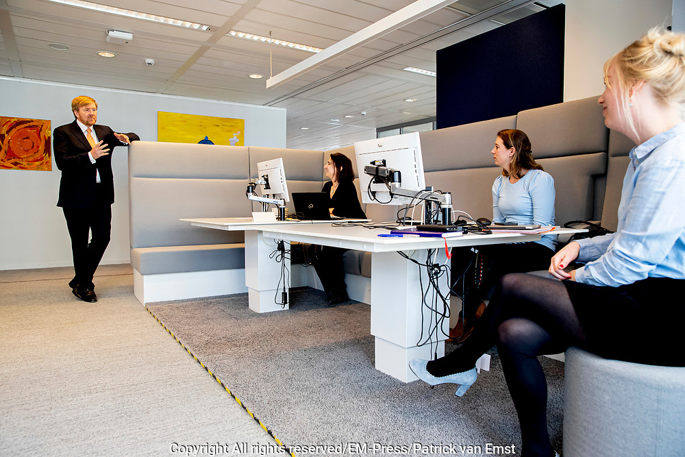 Koning Willem Alexander tijdens een werkbezoek aan het ministerie van Volksgezondheid, Welzijn en Sport (VWS) in Den Haag vanwege de rol in de crisiscoördinatie vanwege het coronavirus (COVID-19).<br /> <br /> King Willem Alexander during a working visit to the Ministry of Health, Welfare and Sport (VWS) in The Hague for its role in crisis coordination due to the corona virus (COVID-19).