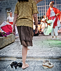 """Una spettatrice viene coinvolta a ballare con una ballerina del gruppo musicale di Pizzica """"Arakne Mediterranea"""" durante un concerto a """"Castello Monaci"""" nei pressi di Salice Salentino in provincia di Lecce. 30/05/2010 (PH Gabriele Spedicato)..People dancing with the dancers of """"Arakne Mediterranea""""during the concert in """"Castello Monaci"""" near Salice Salentino, a Town in province of Lecce.30/05/2010 PH Gabriele Spedicato..La pizzica, o, detta nella sua forma più tradizionale pizzica pizzica, è una danza popolare attribuita oggi particolarmente al Salento, ma in realtà era praticata sino agli anni '70 del XX sec. in tutta la Puglia centro-meridionale e in Basilicata..Fa parte della grande famiglia delle tarantelle, come si usa chiamare quel variegato gruppo di danze diffuse dall'Età Moderna nell'Italia meridionale"""