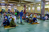 Inde, Delhi, vieux Delhi, temple sikh de Gurudwara Sis Ganj Sahib, plus de 10 000 repas offert quotidiennement // India, Delhi, Old Delhi, sikh temple of Gurudwara Sis Ganj Sahib, over 10,000 meals offered daily