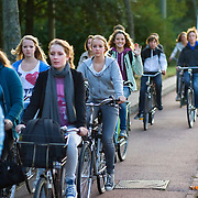 Nederland Rotterdam 21 september 2009 20090921 ..Grote groep jonge scholieren fietsen 's ochtends naar school. .Large group of students on the way to school by bike. ..Foto: David Rozing