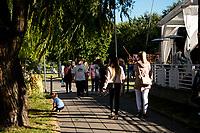 Augustow, woj. podlaskie, 22.07.2020. Ograniczenia w wyjazdach zagranicznych spowodowane pandemia koronawirusa zachecily ludzi do korzystania z urokow krajowych wyjazdow wakacyjnych. Augustow, polozony nad jeziorami Neckiem i Bialym, pomimo chlodnej drugiej polowy lipca, byl oblegany przez turystow z calej Polski N/z turysci na bulwarach nad rzeka Netta fot Michal Kosc / AGENCJA WSCHOD