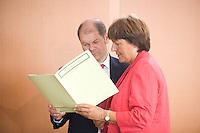 20 AUG 2008, BERLIN/GERMANY:<br /> Olaf Scholz (L), SPD, Bundesarbeitsminister, und Ulla Schmidt (R), SPD, Bundesgesundheitsministerin, im Gespräch, vor Beginn einer Kabinettsitzung, Kabinettsaal, Bundeskanzleramt<br /> IMAGE: 20080820-01-020<br /> KEYWORDS: Kabinett, Sitzung, lesen,