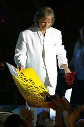 """Roberto Carlos durante o lançamento da turnê nacional do CD """"Pra Sempre"""" com um show para mais de 18 mil pessoas no ginásio Gigantinho, em Porto Alegre. FOTO: Jefferson Bernardes / PREVIEW.COM"""