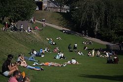 © Licensed to London News Pictures.  08/09/2021. Edinburgh, Scotland. Members of the public enjoy the warm and sunny weather in Edinburgh Old Town. Photo credit: Marcin Nowak/LNP