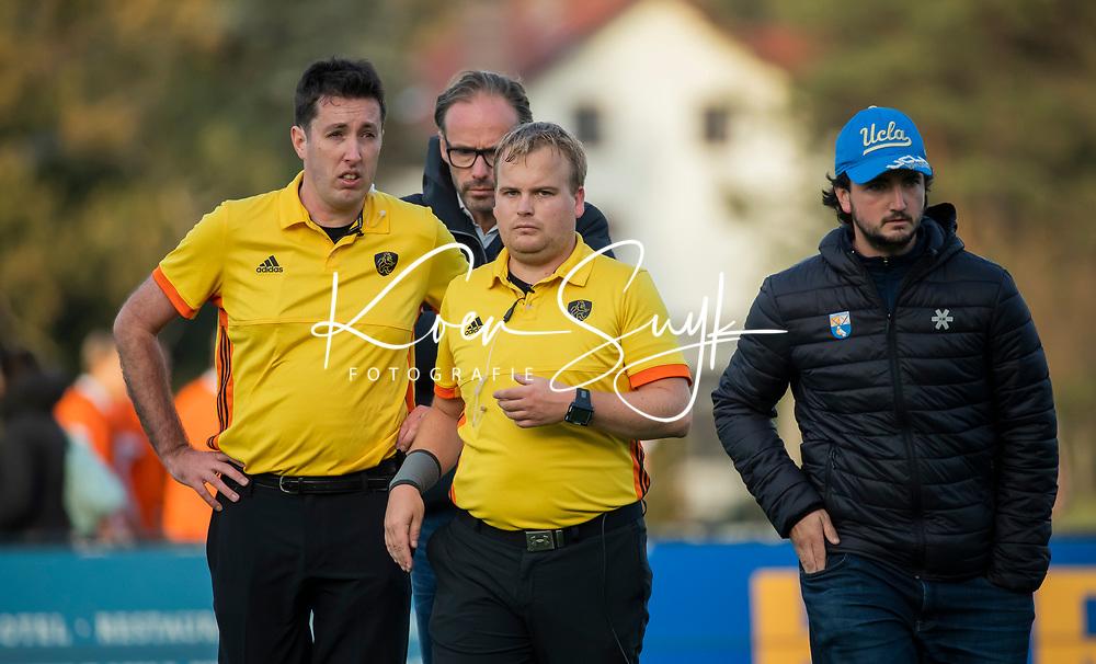 BLOEMENDAAL  -  scheidsrechters Stan van Motman en Alex Been  , competitiewedstrijd junioren  landelijk  Bloemendaal JA1-Nijmegen JA1 (2-2) . COPYRIGHT KOEN SUYK