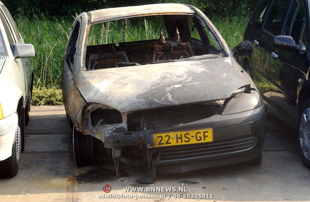 NLD/Huizen/20070606 - Een van de uitgebrande auto van de pyromaan aan de Bloesem Huizen