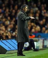 Fotball<br /> Foto: SBI/Digitalsport<br /> NORWAY ONLY<br /> <br /> Paris SG v Chelsea<br /> UEFA Champions League. Stamford Bridge, London. 24/11/2004.<br /> <br /> Jose Mourinho signals to his players.