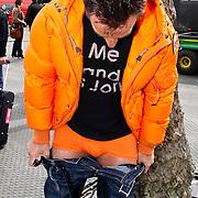 NLD/Amsterdam/20100430 - Radio 538 Koniginnedag Concert 2010, Gerard Joling laat zijn oranje onderbroek zien