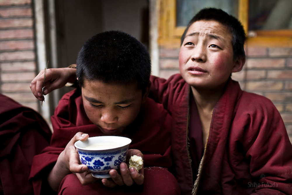 Tibet New Year - China - Edward Wong<br /> Child monks eat lunch at Rongwo monastery  (Longwu in Chinese) in Rebkong (Tongren in Chinese), Qinghai province in China,  February 24, 2009. Photo by Shiho Fukada for The New York Times