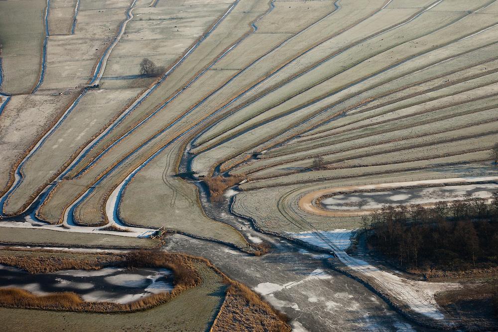 Nederland, Noord-Holland, Nieuw-Loosdrecht, 10-01-2009; de Ster; het lokale riviertje Drecht of Papmpus eindigt in 'de Ster' (naar de vorm) in het veenweide gebied ten Oosten van de Loosdrechtsche Plassen; de verkaveling is het resultaat van vervening in het verleden; local stream ends in form of a star; the star shape is the result of diging up the peat in the past; Loosdrechte Plassen; winter opname, winter picture, winter photo, natuur, inrichting landschap, veen, turf, vervening, rivierdelta, meander, mileu, landschapsabstractie;. .luchtfoto (toeslag); aerial photo (additional fee required); .foto Siebe Swart / photo Siebe Swart