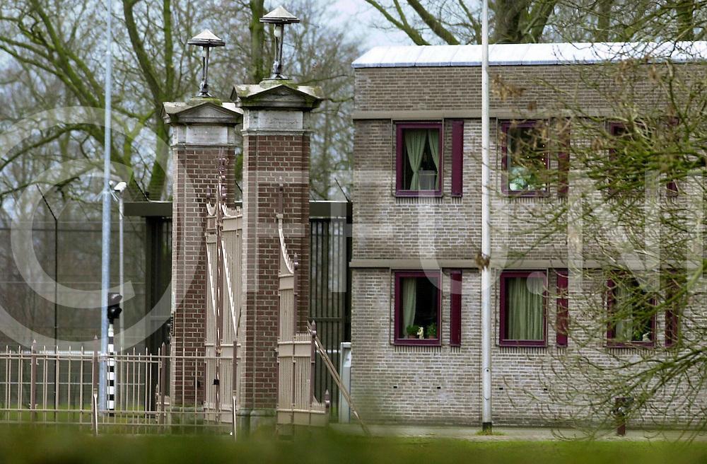 fotografie frank uijlenbroek©2000 frank uijlenbroek.010208 balkbrug ned.Ontsnapping uit TBS instelling Veldzicht..op foto de vermoedelijke poort aan de zuidzijde waardoor de gevangenen naar buiten liepen.