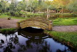 O Parque Farroupilha, também conhecido como Parque da Redenção, é o parque mais tradicional e popular de Porto Alegre, sendo um local tradicionalmente visitado pelos porto-alegrenses nas horas de descanso, seja para praticar esportes ou simplesmente tomar um chimarrão com a família. Entre os diversos recantos está o Recanto Oriental. Um pagode contendo uma bela escultura de Buda, uma miniatura do vulcão Fuji-Yama, um lago com a forma de um dragão, com pequenas pontes e taquarais no entorno, compõem a interessante atmosfera do lugar. FOTO: Jefferson Bernardes/Preview.com