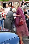 Koningin Maxima in het Drentse Nieuw-Buinen bij het startsein voor de twaalfde editie van Burendag. Op deze dag worden in Nederland duizenden activiteiten georganiseerd die buren dichter bij elkaar brengen. <br /> <br /> Queen Maxima in the Drenthe New Buinen at the start of the twelfth edition of Burendag. On this day, thousands of activities are being organized in the Netherlands, bringing neighbors closer together. <br /> Op de foto: Maxima helpt een vrouw die net gevallen is ///  Maxima helps a woman who just fell