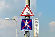 Nederland, the netherlands, Nijmegen, 18-7-2016Waarschuwingsbord bij de zomerfeesten, vierdaagsefeesten, tegen overstekende kinderen, mensen, voetgangers, die pokemon aan het spelen zijn . Het reality spel is ongekend populair, het is een ware hype onder vooral jongeren, en heeft her en der al tot gevaarlijke situaties geleid . Eronder hangt een bord met de boodschap verboden eigen drank in flessen, glas,  mee te nemen .Foto: Flip Franssen