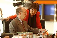16 JAN 2002, BERLIN/GERMANY:<br /> Walter Riester, SPD, Bundesarbeitsminister, und Ulla Schmidt, SPD, Bundesgesundheitsministerin, im Gespraech, vor Beginn der Kabinettsitzung, Bundeskanzleramt<br /> IMAGE: 20020116-01-007<br /> KEYWORDS: Kabinett, Sitzung, Gespräch