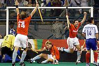 9/3 WK Hockey. wedtrijd om de bronzen medaille. Nederland-Zuid Korea 2-1 (na verlenging). Jaap Derk Buma (r) heeft het beslissende doelpunt (golden goal) gemaakt. midden Marten Eikelboom. links Teun de Nooijer. geheel links de Koreaanse doelman Jong-Chun Lim. geheel rechts Moon Ki  Yoo.