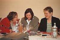 12 JAN 2001, WOERLITZ/GERMANY:<br /> Baerbel Hoehn (L), B90/Gruene, Umweltministerin NRW, Katrin Dagmar Goering-Eckardt (M), MdB, und Renate Kuenast (R), B90/Gruene Bundesvorsitzende und deignierte Bundeslandwirtschaftsministerin, im Gespraech, vor Beginn der Klausurtagung der Bundestagsfraktion Buendnis 90 / Die Gruenen<br /> IMAGE: 20010112-01/02-22<br /> KEYWORDS: Klausur, Grüne, Gespräch, Bärbel Höhn, Katrin Dagmar Göring-Eckardt, Renate Künast