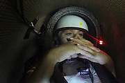Christien Veelenturf wacht tevergeefs in de VeloX4 bij de start. Doordat er teveel wind staat zal ze uiteindelijk niet rijden. Het Human Power Team Delft en Amsterdam (HPT), dat bestaat uit studenten van de TU Delft en de VU Amsterdam, is in Amerika om te proberen het record snelfietsen te verbreken. Momenteel zijn zij recordhouder, in 2013 reed Sebastiaan Bowier 133,78 km/h in de VeloX3. In Battle Mountain (Nevada) wordt ieder jaar de World Human Powered Speed Challenge gehouden. Tijdens deze wedstrijd wordt geprobeerd zo hard mogelijk te fietsen op pure menskracht. Ze halen snelheden tot 133 km/h. De deelnemers bestaan zowel uit teams van universiteiten als uit hobbyisten. Met de gestroomlijnde fietsen willen ze laten zien wat mogelijk is met menskracht. De speciale ligfietsen kunnen gezien worden als de Formule 1 van het fietsen. De kennis die wordt opgedaan wordt ook gebruikt om duurzaam vervoer verder te ontwikkelen.<br /> <br /> Christien Veelenturf waits in the VeloX4 for start. Due to the wind she won't ride in the end. The Human Power Team Delft and Amsterdam, a team by students of the TU Delft and the VU Amsterdam, is in America to set a new  world record speed cycling. I 2013 the team broke the record, Sebastiaan Bowier rode 133,78 km/h (83,13 mph) with the VeloX3. In Battle Mountain (Nevada) each year the World Human Powered Speed ??Challenge is held. During this race they try to ride on pure manpower as hard as possible. Speeds up to 133 km/h are reached. The participants consist of both teams from universities and from hobbyists. With the sleek bikes they want to show what is possible with human power. The special recumbent bicycles can be seen as the Formula 1 of the bicycle. The knowledge gained is also used to develop sustainable transport.