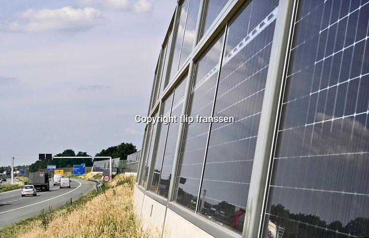 Nederland, Uden, 24-6-2019Langs de A50 snelweg bij uden staan zonnepanelen langs de weg in de berm die dienen als scheidingswand, geluidsscherm . Het is een experimentele opstelling van Rijkswaterstaat .  afspraken; akkoord; alternatief; Alternatieve; alternative; Broeikaseffect; broeikasgas; broeikasgassen; Bronckhorst; Centrale; change; clean; climate; climatechange; CO2; CO2reductie; consumption; current; dutch; duurzaam; duurzaamheid; duurzame; Economie; Economisch; economy; ekonomie; ekonomisch; electriciteit; electriciteitscentrale; electriciteitsproductie; electricity; Elektriciteit; elektriciteitsproductie; elktriciteitscentrale; emissions; Energie; energiebedrijf; ENERGIEBEDRIJVEN; energiebron; energiecentrale; energiegebruik; energiepark; energieproducent; energieproductie; energiesector; energietransitie; energieverbruik; energievoorziening; energy; engie; environment; Europa; europe; european; fabrikant; farm; Gelderland; gemeente; generating; generator; global; green; Groen; Groene; Grond; holland; Hollandse; horizon; Industrie; industry; Innovatie; innovatief; Installateur; installateurs; installatie; installation; installeren; INVESTEREN; investering; klimaat; klimaatafspraken; klimaatakkoord; klimaatsverandering; Klimaatverandering; kosten; Lucht; Milieu; milieuvriendelijk; milieuvriendelijke; module; modules; montage; monteren; natural; nature; Natuur; natuurlijk; Natuurlijke; Nederlands; Nederlandse; Netherlands; nieuw; Nieuwe; omschakelen; omschakeling; opbouwen; opwekken; Ordening; overgang; panel; planning; plant; pollution; power; producent; producer; production; Provincie; reductie; regio; regionaal; Ruimtelijke; Schone; Schoon; sky; solar; solarenergy; solarpanel; solarpark; solarplant; solarpower; STROOM; stroomgebruik; stroomopwekking; stroomproducent; stroomproductie; stroomproduktie; stroomverbruik; stroomvoorziening; subsidie; subsidies; sun; sustainable; transitie; transition; uitstoot; Umtausch; usage; Veld; warming; wealth; welvaart