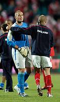 Fotball<br /> 08.09.2004<br /> Polen v England<br /> Foto: SBI/Digitalsport<br /> NORWAY ONLY<br /> <br /> England's replacement goalkeeper Paul Robinson (L) is congratulated by skipper David Beckham on a winning start