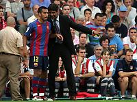 Fotball<br /> Spania Primera Division 2004/05<br /> Atletico Madrid v Barcelona<br /> 19. september 2004<br /> Foto: Digitalsport<br /> NORWAY ONLY<br /> Barcelona-trener Frank Rijkaard i samtale med Gio van Bronckhorst