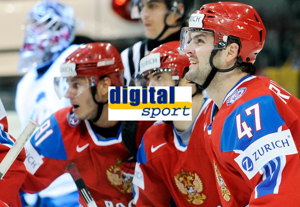 Die Russen mit Alexander Radulov (RUS) jubeln nach dem Tor zum 3:0 gegen die geschlagenen Franzosen mit Eddy Fehri (FRA). © Manu Friederich/EQ Images