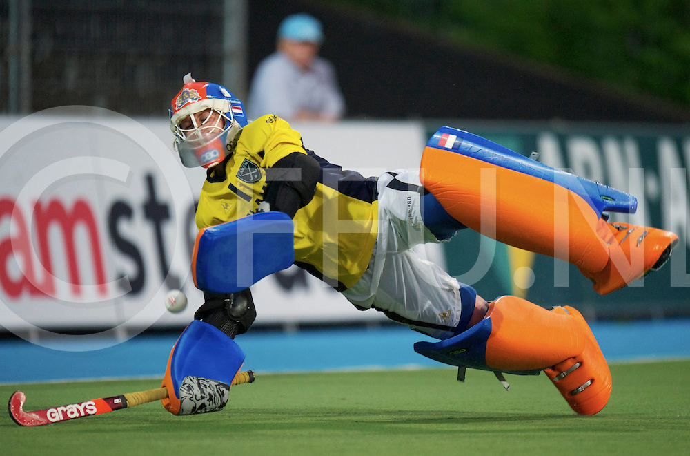 Amstelveen - Eurohockey Club Champions Cup<br /> Larensche MHC - UHC Hamburg<br /> Laren wins the second semi final after shoot outs.<br /> foto: Shoot out Joyce Sombroek stops.<br /> FFU PRESS AGENCY COPYRIGHT FRANK UIJLENBROEK