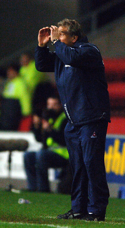 Photo: Paul Greenwood.<br />Wigan Athletic v Sheffield United. The Barclays Premiership. 16/12/2006.  Sheffield United manager Neil Warnock suggests that the referee needs glasses