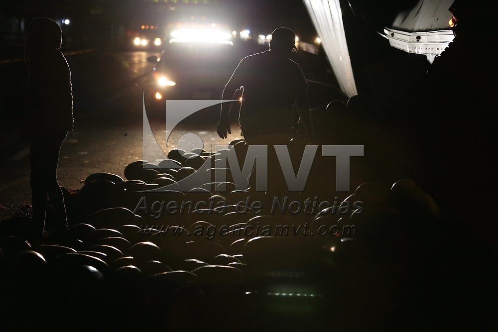 Toluca, México.- Un trailer cargado de sandías volcó sobre la vialidad Palmillas a la altura de la empresa Bonafont, vecinos y conductores que pasan por la zona realizan actos de rapiña. Agencia MVT / Jesús Mendoza.