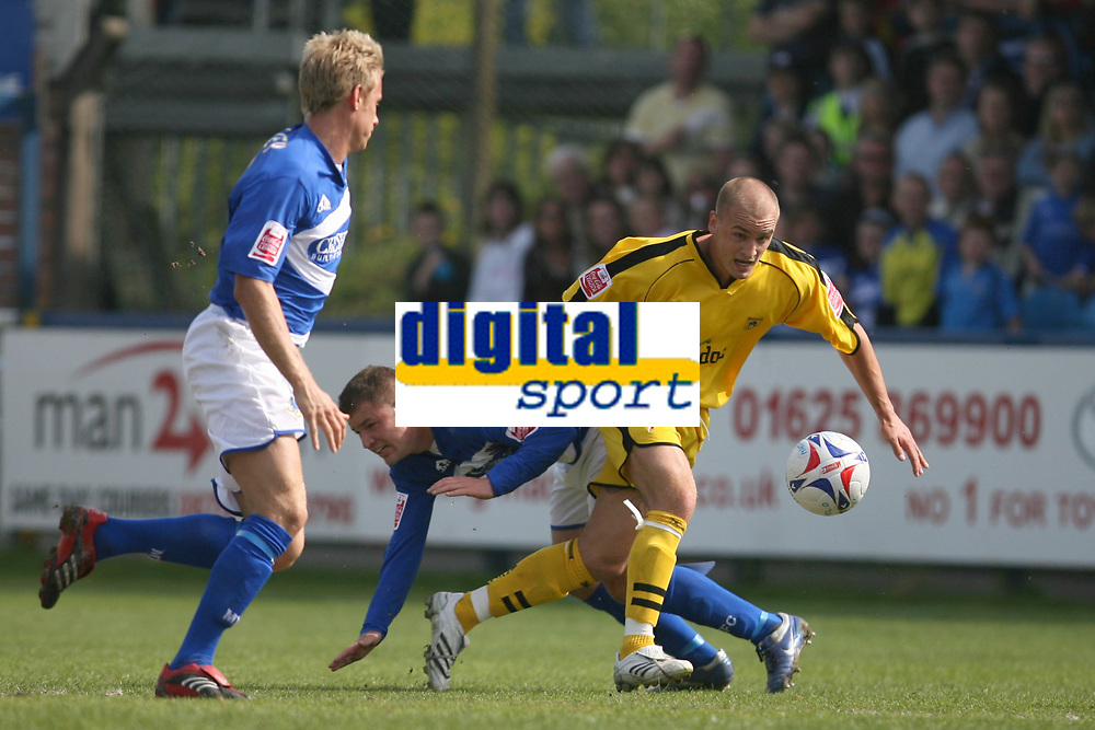 Photo: Pete Lorence.<br />Macclesfield Town v Notts County. Coca Cola League 2. 05/05/2007.<br />David Pipe on the attack.