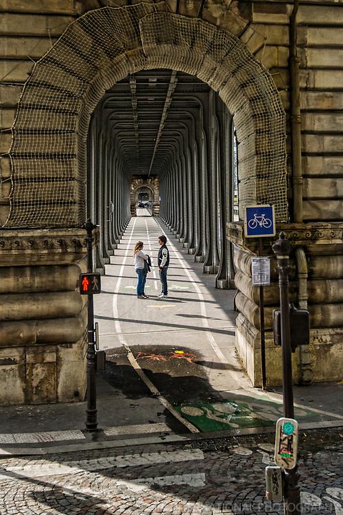 Couple, Bir-Hakeim Bridge