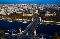 France, Paris (75), les rives de la Seine, classées Patrimoine Mondial de l'UNESCO, le pont Alexandre III, le Grand et le Petit Palais  // France, Paris, Alexandre III bridge with Grand Palais and Petit Palais