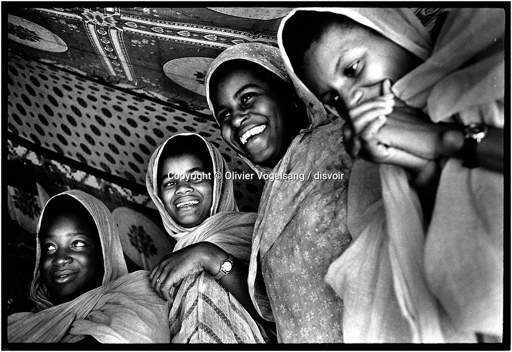 Mauritanie. Chinguetti. The city of Chinguetti is the fifth holy city of the Moslem religion. It is also a city threatened by sands of the desert and that empties of these inhabitants. Welcome ceremony.