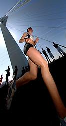 15-04-2007 ATLETIEK: FORTIS MARATHON: ROTTERDAM<br /> In Rotterdam werd zondag de 27e editie van de Marathon gehouden. De marathon werd rond de klok van 2 stilgelegd wegens de hitte en het grote aantal uitvallers / Alevtina Biktimirova wordt derde in 2:30:59 - op de Erasmusbrug creative<br /> ©2007-WWW.FOTOHOOGENDOORN.NL