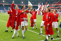01-06-2003 NED: Amstelcup finale FC Utrecht - Feyenoord, Rotterdam<br /> FC Utrecht pakt de beker door Feyenoord met 4-1 te verslaan met oa Patrick Zwaanswijk, Etienne Shew-Atjon, dave van den Bergh, Pascal Bosschaart, Dirk Kuyt, Igor Gluscevic, Harols Wapenaar, Jean Paul de Jong