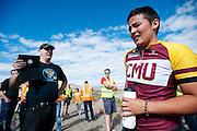 Teagan Patterson. In Battle Mountain (Nevada) wordt ieder jaar de World Human Powered Speed Challenge gehouden. Tijdens deze wedstrijd wordt geprobeerd zo hard mogelijk te fietsen op pure menskracht. Ze halen snelheden tot 133 km/h. De deelnemers bestaan zowel uit teams van universiteiten als uit hobbyisten. Met de gestroomlijnde fietsen willen ze laten zien wat mogelijk is met menskracht. De speciale ligfietsen kunnen gezien worden als de Formule 1 van het fietsen. De kennis die wordt opgedaan wordt ook gebruikt om duurzaam vervoer verder te ontwikkelen.<br /> <br /> Teagan Patterson. In Battle Mountain (Nevada) each year the World Human Powered Speed Challenge is held. During this race they try to ride on pure manpower as hard as possible. Speeds up to 133 km/h are reached. The participants consist of both teams from universities and from hobbyists. With the sleek bikes they want to show what is possible with human power. The special recumbent bicycles can be seen as the Formula 1 of the bicycle. The knowledge gained is also used to develop sustainable transport.