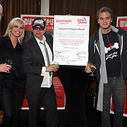 NLD/Amsterdam/20070927 - Persconferentie Dutchypuppy, Jim Bakkum en Bridget Maasland en haar vader Frits ondertekenen contract met Pets Place