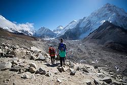 """THEMENBILD - Wanderer am Weg nach Gorak Shep. Daneben der Khumbu-Gletscher. Wanderung im Sagarmatha National Park in Nepal, in dem sich auch sein Namensgeber, der Mount Everest, befinden. In Nepali heißt der Everest Sagarmatha, was übersetzt """"Stirn des Himmels"""" bedeutet. Die Wanderung führte von Lukla über Namche Bazar und Gokyo bis ins Everest Base Camp und zum Gipfel des 6189m hohen Island Peak. Aufgenommen am 18.05.2018 in Nepal // Trekkingtour in the Sagarmatha National Park. Nepal on 2018/05/18. EXPA Pictures © 2018, PhotoCredit: EXPA/ Michael Gruber"""